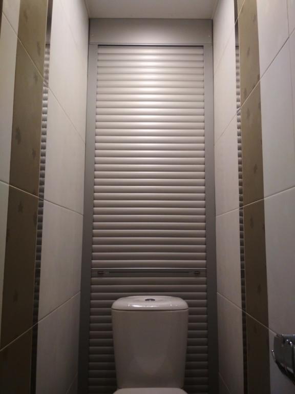 Высокие рольставни в туалете