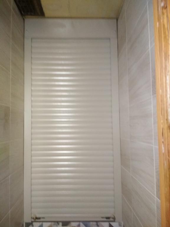 Белые рольставни в туалете